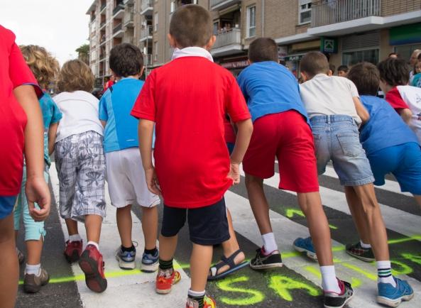 Niños y niñas a punto de tomar la salida en la carrera de San Lorenzo (2012)